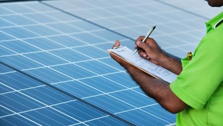 safety check: ingeniero de control de estaci�n de energ�a solar Foto de archivo