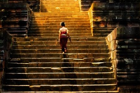 schody: dziewczyna wspina siÄ™ po schodach w zamku kamienia