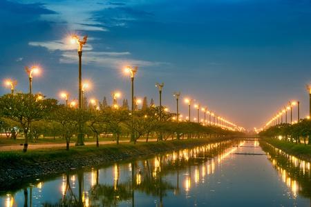 la lumière électrique dans la perspective du canal