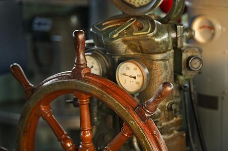 capitan de barco: volante de madera en la nave de grandes
