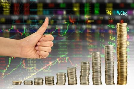 salarios: Mano que muestra bien en el gr�fico de la mezcla de monedas bolsa gr�fica fondo