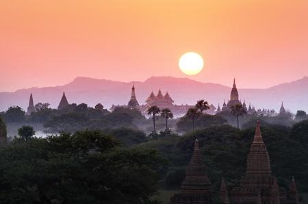 birma: Veel tempel in Bagan gebied bij zonsondergang, Myanmar.