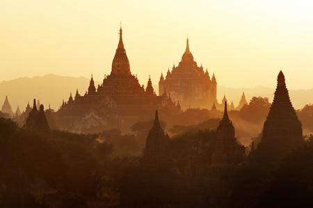 Myanmar: Beaucoup dans la zone du temple de Bagan au coucher du soleil, du Myanmar.