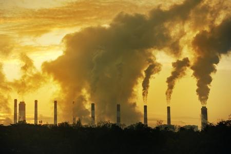 calentamiento global: vapor caliente de la chimenea grande