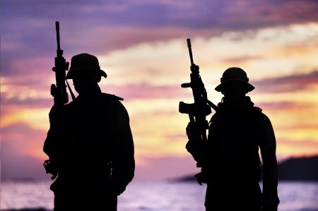 soldado: soldado que llevaba M 16 en el entrenamiento de combate Foto de archivo