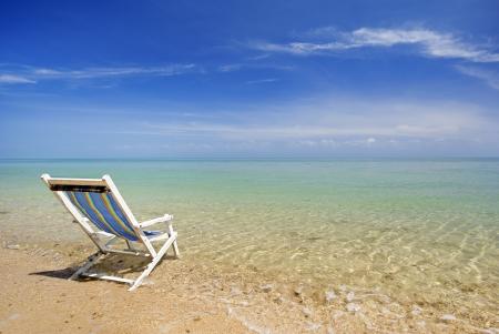 strandstoel: stoel in zee zand zon