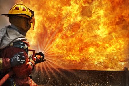 mangera: Los bomberos combaten el fuego durante el entrenamiento Foto de archivo