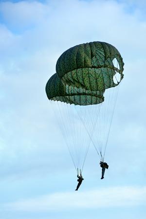 parachuting: training paratroopers