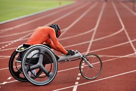 下肢障害者が車椅子で実行します。 写真素材