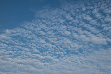 ózon: Beautiful Sky and clouds with fresh ozone in the evening.