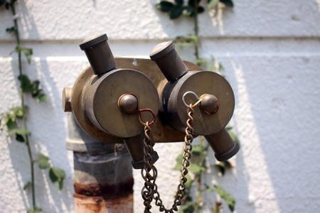 borne fontaine: T�tes doubles bouche d'incendie dans le mur