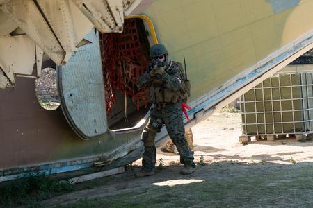 pull toy: Tiro soldado Airsoft en un partido de Airsoft Foto de archivo
