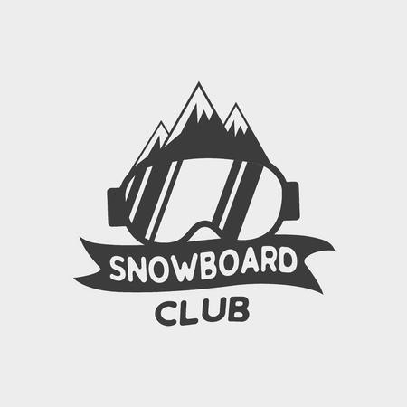 Snowboard club logo, label of badge sjabloon met snowboard bril en bergen.