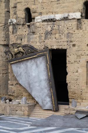 teatro antiguo: Espejo quebrado en el escenario en el teatro antiguo de Naranja Foto de archivo