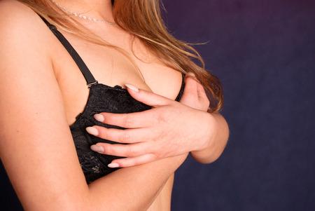 big boobs: Belleza joven mujer rubia con las manos en sus pechos