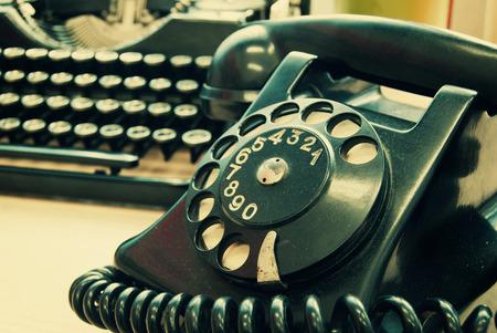 maquina de escribir: Tel�fono de la vendimia y la vieja m�quina de escribir - efecto de la foto de la vendimia Foto de archivo