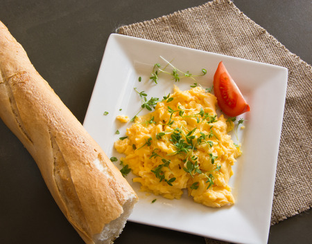 cress: Scrambled eggs with cress and tomato with fresh baguette