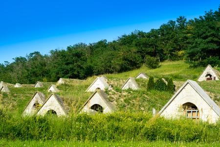 bodegas tradicionales en Hercegkút cerca de Sarospatak Tokaj región de Hungría - Botón de la colina