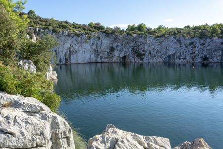 Dragon's Eye - Zmajevo Oko in Rogoznica, Croatia. Natural geohydromorphological phenomenon. Salt water lake. Banco de Imagens