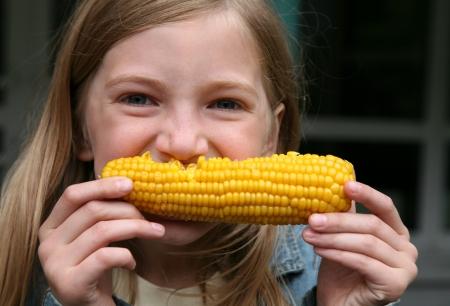 elote: Ni�a divertida que come el grano hervido