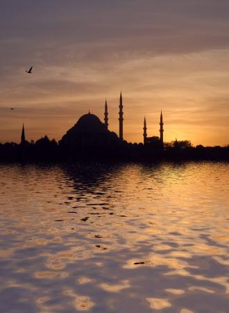 suleymaniye: Sunset over the Suleymaniye mosque in Istanbul, Turkey, at sunset