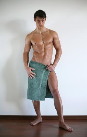 sauna nackt: Wet muskul�ser Mann in ein Handtuch gewickelt