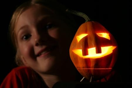 Chica joven con Halloween calabaza jack-o-lantern Foto de archivo - 15553935
