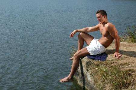 nue plage: Musculaire mod�le masculin avec des �tiquettes de l'arm�e sur la plage