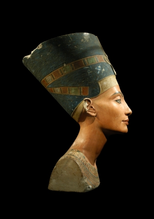 Famous bust of Queen Nefertiti isolated on black 스톡 콘텐츠