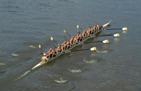 Rudern Team Rudern voraus während eines Rennens Boot auf der Moldau in Prag, Tschechische Republik