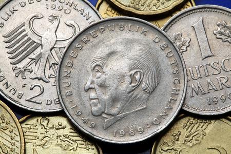 statesman: Monete della Germania. Statista tedesco Konrad Adenauer e l'aquila tedesca raffigurato in vecchi marchi tedeschi monete.