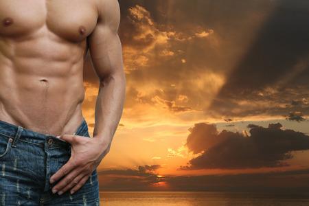 desnudo masculino: Muscular torso masculino en la playa por la noche Foto de archivo