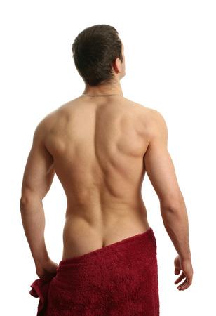 nudo maschile: Giovane uomo muscoloso avvolto in un asciugamano rosso isolato su bianco Archivio Fotografico