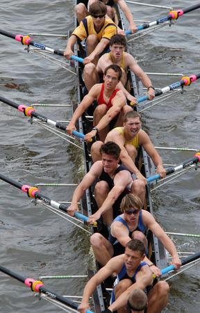 Junior roeiteam roeien vooruit tijdens een roeiwedstrijd op de rivier de Moldau in Praag, Tsjechië. Stockfoto - 34546859