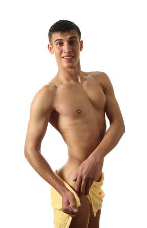 sauna nackt: Wet muskul�ser Mann wickelte ein gelbes Handtuch isoliert auf wei�