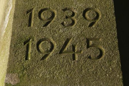 cronologia: A�os 1939 a 1945. Los a�os de la Segunda Guerra Mundial talladas en la piedra.
