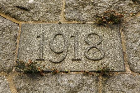 cronologia: A�o 1918 tallada en la piedra. Los a�os de la Primera Guerra Mundial Foto de archivo
