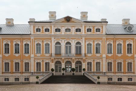 rundale: Palazzo Rundale progettato dall'architetto barocco russo Bartolomeo Rastrelli vicino Pilsrundale, Lettonia.