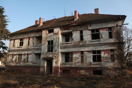 pacto: Edificio abandonado en la zona de la antigua base militar sovi�tica en Milovice, Rep�blica Checa.