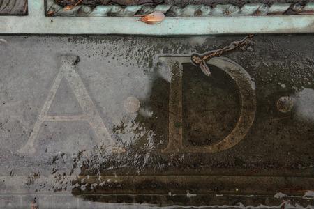 cronologia: AD Anno Domini. La inscripci�n en una l�pida de bronce en un cementerio abandonado en el centro de Bohemia, Rep�blica Checa.