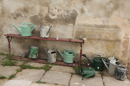 terezin: Annaffiatoi al cimitero città a Terezin, Repubblica Ceca. Archivio Fotografico