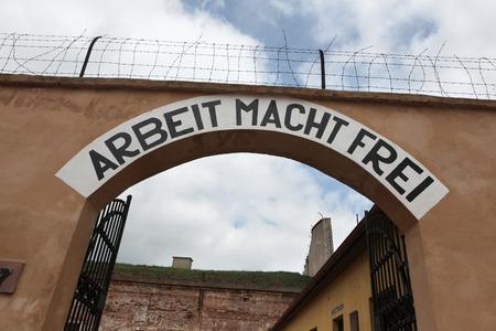 terezin: Archway con il motto nazista Arbeit Macht Frei (Il lavoro rende liberi) nell'ex prigione della Gestapo a Terezin, Repubblica Ceca.