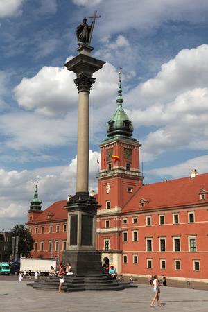 warszawa: WARSAW, POLAND - JULY 31, 2013: King Sigismund Column and the Royal Castle in Warsaw, Poland.