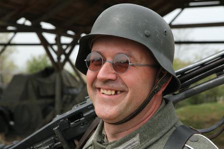 reenactor: O?echov, REP�BLICA CHECA - 27 de abril 2013: Re-enactor vestido como un soldado nazi alem�n se prepara para organizar la batalla en Orechov (1945) cerca de Brno, Rep�blica Checa. La batalla en Orechov en abril de 1945 fue la mayor batalla de tanques en los �ltimos d�as del mundo W Editorial