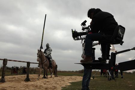MILOVICE、チェコ共和国 - 2013 年 10 月 23 日: 俳優、ナイツ監督カールステン Gutschmidt Milovice、チェコ共和国の近くで新しい映画の撮影中に中世の騎士
