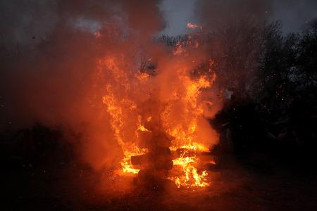 bruja: PRAGA, REP�BLICA CHECA - 30 de abril de 2013: La quema de las brujas en la isla de Kampa en las brujas de la noche en Praga, Rep�blica Checa.