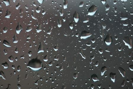 gotas de agua: Las gotas de lluvia sobre el vidrio. Mal tiempo.