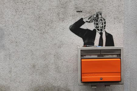 buzon: PRAGA, REPÚBLICA CHECA - 11 de noviembre de 2012: la persona que sopla su cabeza se representa en la calle de la pintada al lado del buzón en Praga, República Checa Grenade-dirigió. Editorial