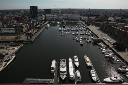 ANTWERPEN, BELGIË - 12 augustus 2012: Jachten afgemeerd in de Willem Dock afgebeeld van het Museum aan de Stroom in Antwerpen, België.