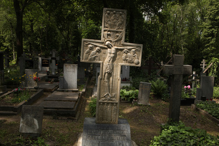 emigranti: PRAGA, REPUBBLICA CECA - 28 maggio 2012: Tomba del nobile principe russo Sergey Galitzine tra tombe di emigrati russi bianchi al cimitero Olsany a Praga, Repubblica Ceca.